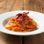 restaurant&garden chou-cho - ペンネ アラビアータ アラビアータはイタリア語でおこりんぼう、 唐辛子を利かせたピリ辛のトマトソース ペン先の形状のショートパスタで