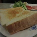 ヒスイ - トーストの厚み凄い!