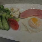 ヒスイ - 生野菜、ポテサラ、ハムエッグ、トマト