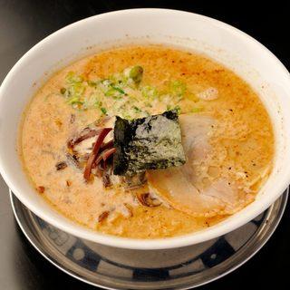 魚介と昆布だしの効いたクリーミーなとんこつスープ