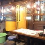 ニッポンまぐろ漁業団 - 漁港をイメージされた店内でカモメと一杯