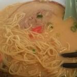 ラーメン大学 - 細麺と豚骨スープと高菜が絡んで、こちらも旨い。