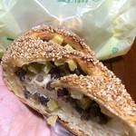 44201353 - イモとアズキのパン。でかいわー。でも、イモパンハーフはもっとでっかいねん!