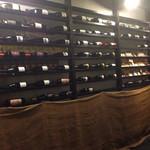 炭焼きBAR 倉庫 - 壁にはワインボトル