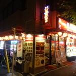 順順餃子房 - お店横には自動販売機が並んでます