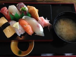 安心食堂 潮彩 - 寿司定食(通常700円→ランパスvol.4提示で500円) ●寿司8貫・あら汁