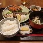 郷土料理 でくのぼう - 「大羽いわし塩焼とメンチカツ (800円)」
