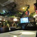名護そば まきし食堂 - ジャングルチックな内装