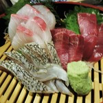 44209927 - お刺身三点盛り合わせ:鰤、鰹、鯛(湯引き)、お魚を売りにしているだけあって、新鮮で美味しいお刺身です。