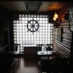 浜喫茶店 - 船の舵がオシャレな飾りになっています