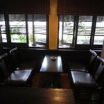 浜喫茶店 - 居心地よさそうな窓側テーブル席
