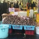 魚売場 森田水産 那珂湊魚市場前 - 牡蠣が山積みになってます!