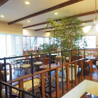 ガーデン&クラフツ カフェ - いつのまにか2階にも席が!(驚・笑)