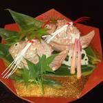 44230162 - 焼き物 可愛い入れ物の中に鯛の切り身