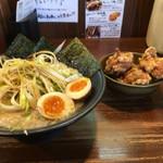 岩本屋 - 豚骨醤油ラーメン+ネギ+煮卵(左)唐揚げ3ヶ(右)