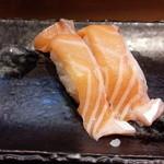 鮨處八千代 信濃町煉瓦館店 - ノルウェー産のトロサーモンの握り寿司です。プリプリでありながらも口の中でとろける極上の味わいで、脂も甘かったです。むしろ大トロより美味しいです。
