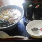 お食事処・味処 やまびこ - ラーメン(500円) おにぎり2個(150円×2)