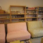 ねこのみせ - 店内には、本や雑誌、漫画コミックなどもありました