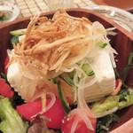 ひびき - 豆腐サラダ650円。ドレッシングは和風、豆腐が柔らかくてクリーミーで美味しかったです。