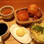 44243267 - 料理・モーニングセット 500円(税込) (パン3種食べ放題、紅茶・コーヒーは1杯お替り可、サラダ・スープ・玉子ポテト付き (2015年11月)