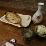 44246071 - ちょい呑みセット:鯵の干物とポテトサラダに熱燗