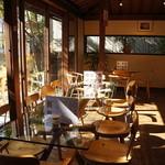 富士屋 花筏 - ガラス天板のテーブル、天気が良かったのでとても美しく映ります