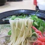 長浜ナンバーワン 長浜店 - 麺は長浜らしい極細麺。                             トロリン感があるスープに絡んで美味しい♪