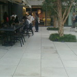 リバイブキッチン - テラス席のある広場