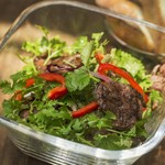 ムロマチカフェハチ - 牛ハラミとパクチーのサラダ