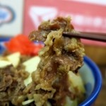 三品食堂 - 甘辛いタレで煮込まれた牛肉はびろびろで味が染み込んでいます