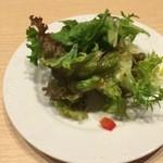 トマトラーメンと辛めん 三味 - ランチサービスのサラダ