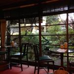 44276740 - 内観。店内から庭を眺める