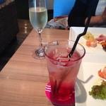 blume*PATISSERIE&TRATTORIA - クランベリーソーダとグラススパークリング