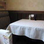 欧風料理 ボンシェフ ミタニ - 各々のテーブルや壁の落ちついた色と真っ白いテーブルクロスがとっても印象的な店内です。