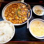 聚福縁 - 麻婆豆腐定食(¥500)。それなりに辛くてご飯が進む、ご飯はお替わり無料(1回)