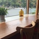 Cafe花しるべ - 席からは嵐山と桂川を一望できます