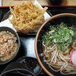 うどん 菊河 - ごぼうかき揚げ(温)430円+かやくご飯200円。