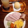 アキタハム - 料理写真:二ヶ月熟成の厚切りベーコンセット1000円 グレープフルーツと丸パン付き