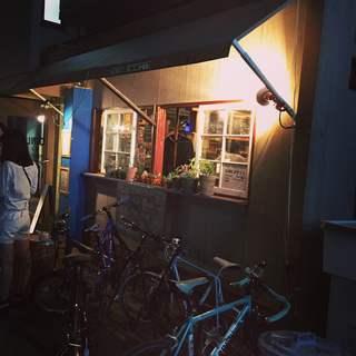 酒場の雰囲気が楽しめる夜の部