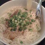 神田5番商店 - 麺はそうめんだが、胡椒もきいてお肉のコクも出て美味。
