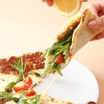 トプカプ - トルコのピザ ラフマージュン レモンを絞って召し上がれ!