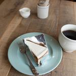 44308928 - キャロットケーキ、ホットコーヒー