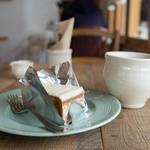 44308930 - キャロットケーキ、ホットコーヒー