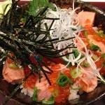 海鮮蔵 魚魚魚 - 鮭といくらの親子丼