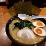 横浜家系ラーメン 檜家 - しょうゆ豚骨ラーメン、味玉つき