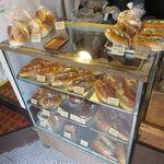 大平製パン - ガラスケースに並ぶコッペたち