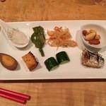 居肴家 OMOTENASHI 新橋 - つまみ盛合せ:しらすおろし、山クラゲ、切干大根、ミックスナッツ、煮玉子、焼厚揚げ、胡瓜漬け、焼きサンマ とまとまりのない顔ぶれ