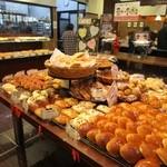 伊三郎製ぱん - スーパの中の100円パンショップとあって店内はお客様で賑わってました。   私もこの日は100円パンの店とあって少し多めに5個のパンを選ばせていただきました。