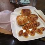 伊三郎製ぱん - 選んだパンは袋に自分で入れてレジに並びます。100円均一なんでレジで個数だけ数えれば良いしコストカットにもなるんで良いシステムですね。