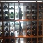 44323213 - ガラス張りのワインセラー
